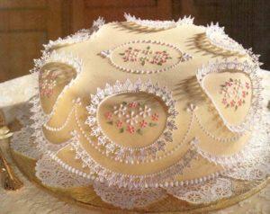 Готовый торт, украшенный застывшим айсингом