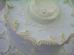 """""""Ледяные"""" узоры айсингом на готовом торте"""