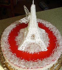 Парижская башня на торжественном торте