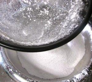 Просеиваем пудру из сахара