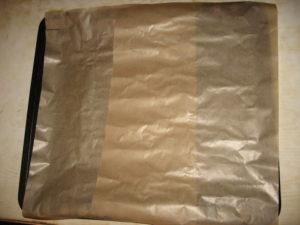 Противень прикрываем пергаментом для выпекания
