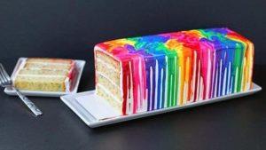 Красочный торт в цветных разводах глазури