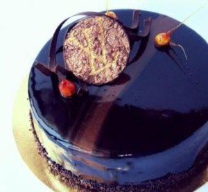Зеркальная поверхность с глубокими цветными разводами на торте