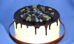 Фруктовый десерт с эффектными подтеками глазури