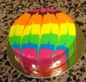Яркий десерт под глянцевой глазурью с узорами
