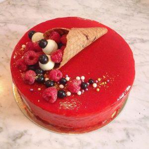 Готовый торт в ягодной глазури на основе белого шоколада и пектина