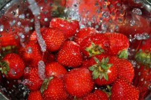 Тщательно промываются ягоды