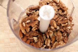 Перемалываем орехи для наполнителя