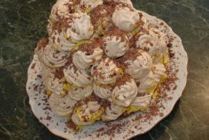 Торт из безе можно украшать по вкусу