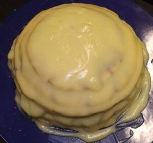 Собранный торт из разного размера округлой формы коржей
