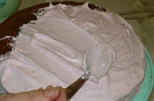 Выкладываем на торт творожную массу