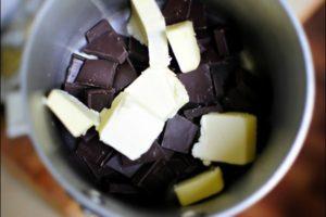 Масло и шоколад складываем в одну посуду