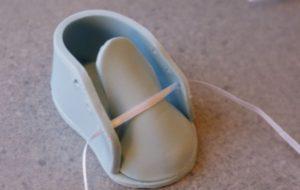 Продеваем шнурочек из атласной ленты в дырочки