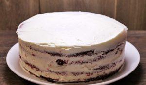 Промазываем каждый слой бисквита и боковушки торта