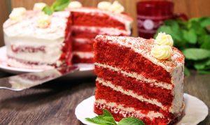 Красочный торт Красный бархат на подаче