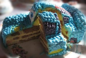 Готовый торт Машинка из крема в разрезе