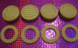 Вырезанное печенье под форму колес