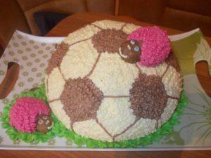 Готовый торт в виде футбольного мяча для спортсменов
