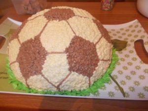 Закрепляем рисунок футбольного мяча