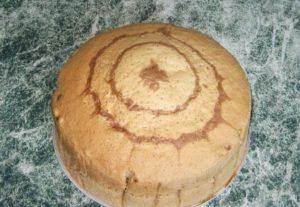 Испекшийся ванильный бисквит, приготовленный на кипятке