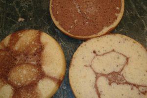Разрезанный вдоль готовый бисквит для прослойки кремом