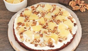 Выкладываем на основание наполнитель из орехов и ананасов