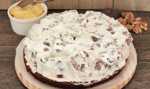 Формируем десерт из крема, бисквитных кубиков