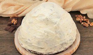 Смазываем горку кремом, прикрывая бисквиты и наполнитель из ананаса и орехов