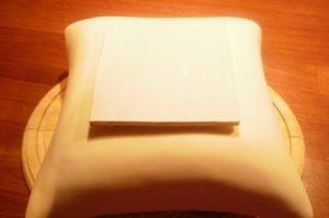 Подложка с клеящим составом приклеена на мастику