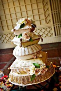 """Необычный торжественный торт с разными """"подушками"""""""