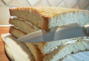 Ножом срезаем угловатости десерта
