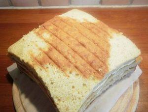 Обрезанный бисквитный торт: вид сверху