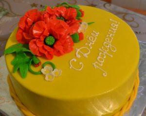 Праздничный готовый торт, покрытый мастикой