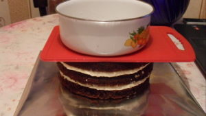 Выравнивание поверхности торта под прессом