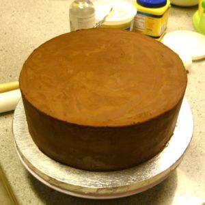 Вытянутые поверхности торта кремом для выравнивания