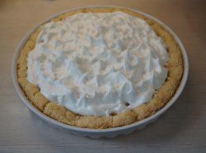 Белки выложим на едва теплый пирог, иначе масса осядет и потечет