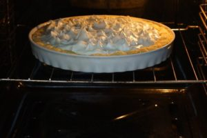 Отправляем десерт выпекаться до зарумянивания белков