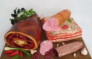 Готовый десерт в виде мясного ассорти