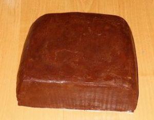 Торт, покрытый кремом для выравнивания под мастику