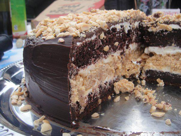 """Готовый торт """"Сникерс"""" в разрезе"""