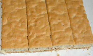 Раскраиваем бисквит на части