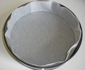 Форма с пекарской бумагой для выпекания