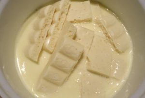 Растопим белый шоколад в сливочной массе