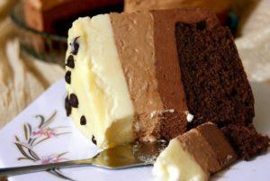 """Кусочек невероятного десерта торта """"Три шоколада"""""""