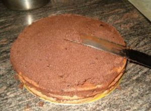 Собираем торт: промазываем пропитанные коржи кремом