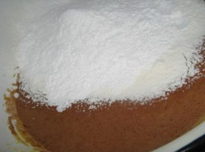 К желткам с какао добавим сухую смесь продуктов