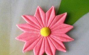 Мастикой другого цвета сделаем натуральные акценты цветка