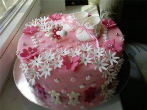 Украшенный торт цветами из мастики сделанными своими руками без специальных вырубок