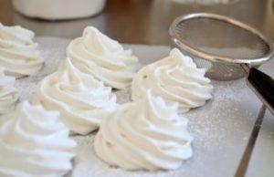 Готовые зефирки посыпаем сахарной пудрой
