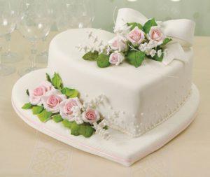 Торжественный торт, украшенный цветами из желатиновой мастики